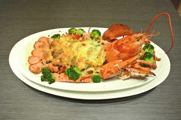 新鮮波士頓龍蝦加上法式香料、私房調配焗烤沙拉醬,口感一級棒!