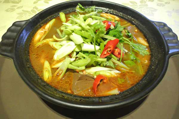 古法熬煮的麻辣湯頭加上手工臭豆腐,搭配入味的鴨血色香味俱全。