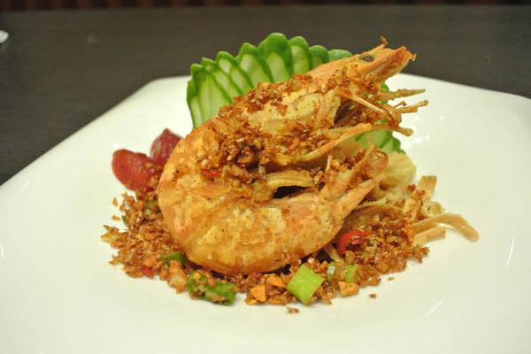 新鮮海大蝦高溫酥炸外酥內軟,搭配私房香料爆炒值得您細細品嚐。
